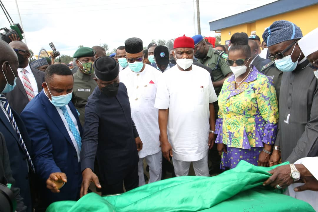 Wisecracks, banters, laughter as Buhari commissions police barracks